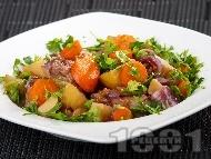Варено телешко месо със зеленчуци (картофи, моркови, лук), ябълки и сини сливи в тенджера под налягане